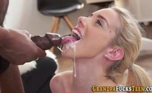 Loira pagando boquete e tomando gozada na boca