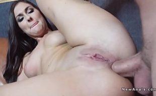 Morena tesuda dando o cu e batendo siririca